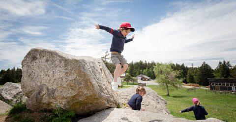 Col de la loge - enfants sur les rochers